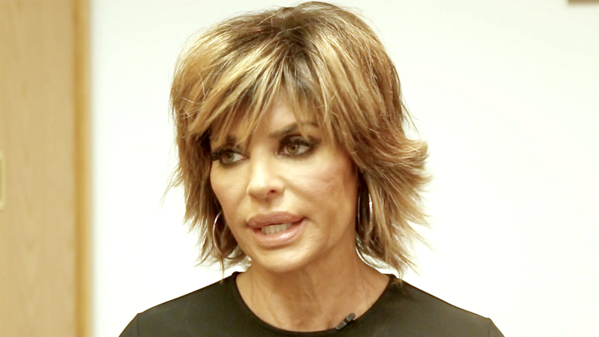 Lisa Rinna Looks Gorgeous with This New Shoulder-Length Lob Hairstyle